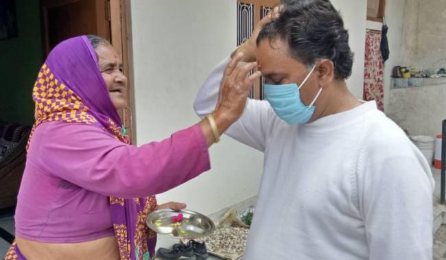 भावुक पल: चंपावत में बेटा कोरोना को हराकर घर लौटा तो मां ने तिलक लगाकर किया स्वागत