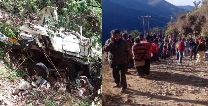 उत्तराखंड: फिर पहाड़ की खाई बनी हादसे की वजह, मैक्स चालक समेत तीन की मौत