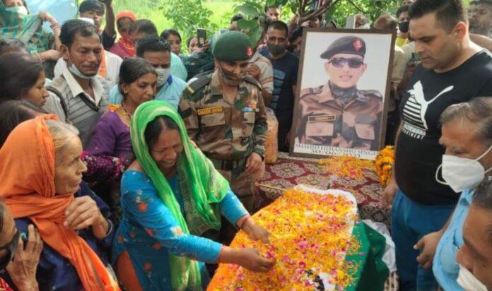 तिरंगे में लिपटकर घर लौटा बेटा, शहीद हिमांशु नेगी को नम आंखों ने दी अंतिम विदाई