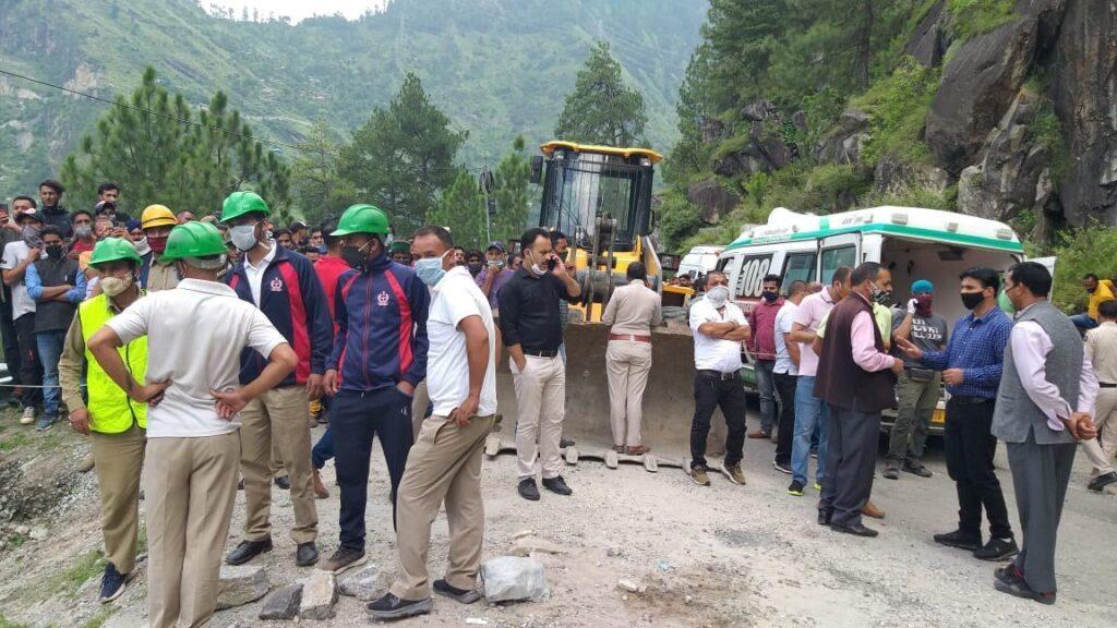 हिमाचल प्रदेश से हरिद्वार आ रही बस दुर्घटनाग्रसत, चट्टान के नीचे दबे 50-60 यात्री