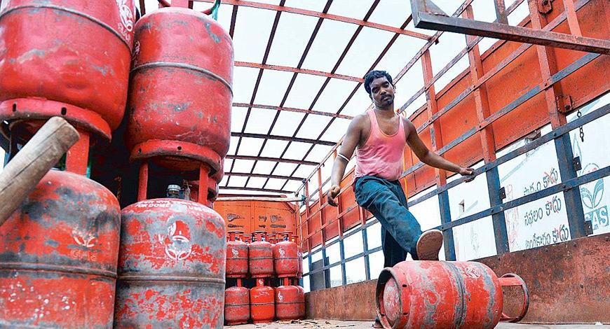 उत्तराखंड के लोगों को पड़ेगी महंगाई की मार, गैस सिलेंडर की कीमत 900 रुपए पार