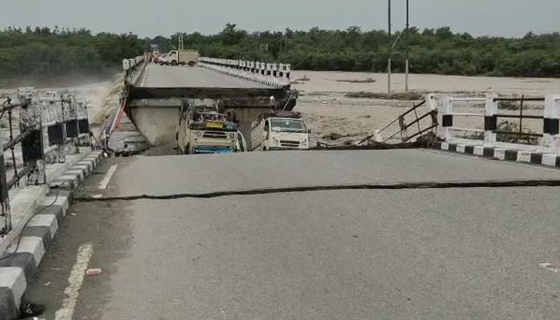उत्तराखंड में बारिश से भारी तबाही, वाहनों की आवाजाही के दौरान ही टूटा रानी पोखरी पुल